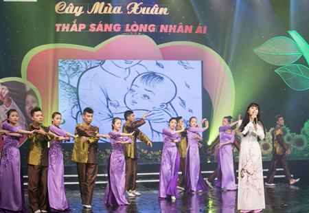 """Bà mẹ 4 con Trang Nhung hát vẫn """"sung"""" 1"""