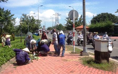 Nhiều người đi đường đã dừng lại giúp đỡ nhặt cam cho ông Thanh.