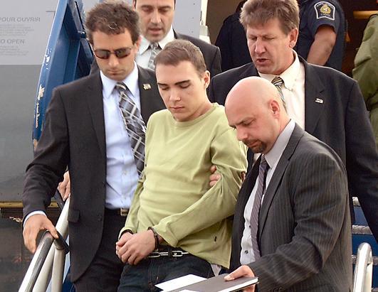 Luka Magnotta bị cảnh sát áp giải năm 2012. Ảnh: AP