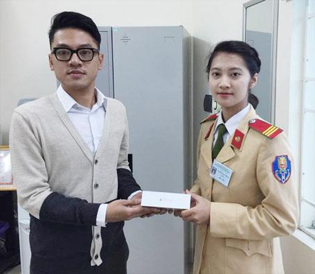 Anh Phạm Đăng Quang nhận lại chiếc Iphone 6 từ nữ CSGT Nguyễn Hồng Nhung