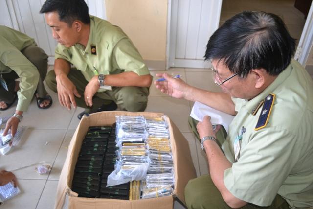 Lực lượng QLTT phát hiện hàng trăm điện thoại di động nghi nhập lậu.