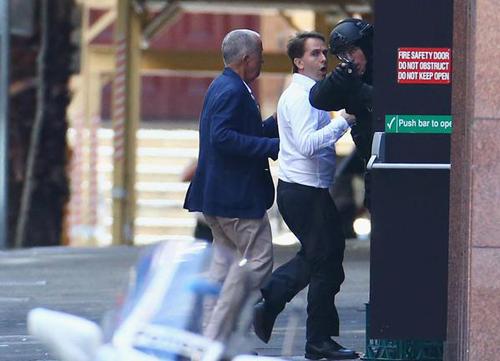 Hai con tin chạy khỏi quán Cafe và được cảnh sát hỗ trợ. Ảnh: The New Daily