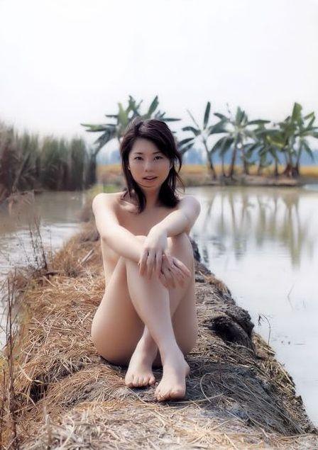 GiadinhNet- Sau khi xuất hiện trên mạng internet, bộ ảnh cô gái xinh chụp  ảnh bán nude giữa khung cảnh hương đồng gió nội đang được cư dân mạng lan  truyền.