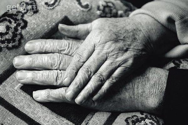 Ông Francis và bà Anne chỉ muốn cùng nắm tay rời cõi đời một cách êm ái. Ảnh: Getty Images