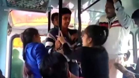 3 tên yêu râu xanh sàm sỡ 2 cô gái trên xe buýt. Ảnh: Youtube