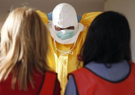Mỹ ban hành các quy định nghiêm ngặt đối với nhân viên y tế điều trị các bệnh nhân Ebola