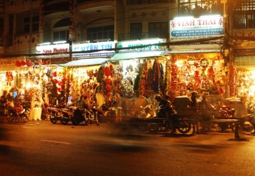 Tại đường Hải Thượng Lãn Ông (quận 5) đang tất bật giao thương nhiều mặt hàng trang trí như đèn, cây thông tuyết cho mùa noel rất nhộn nhịp .Dọc các đường chuyên bán đồ trang trí tại quận 5, khu người Hoa, đồ trang trí Giáng sinh xuất hiện nhiều