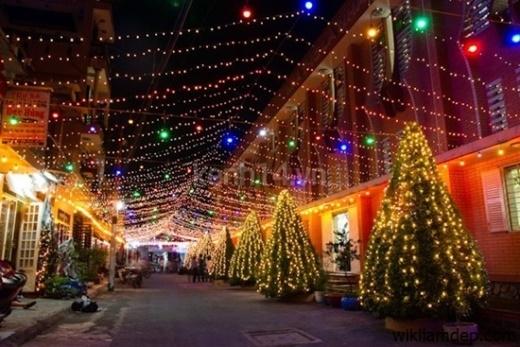 khu vực Xóm đạo Quận 8 với những trang trí chào đón Giáng sinh cực kỳ đẹp và lộng lẫy với với đèn màu rực rỡ, hang đá đẹp mắt kéo dài gần 4km. Đây là một trong những điểm vui chơi có không khí đêm Giáng sinh náo nhiệt và nhiều ý nghĩa.