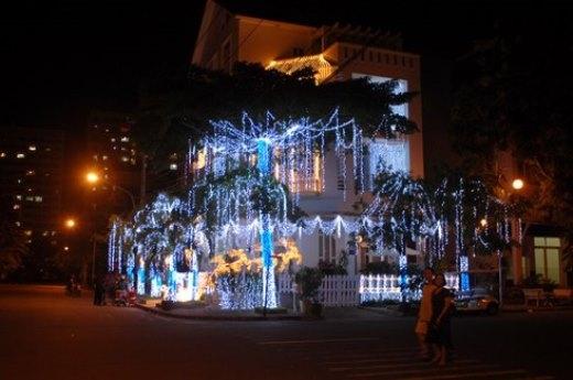 Tại quận 7, những ngôi biệt thự thi nhau trang trí thật lọng lẫy chuẩn bị cho giáng sinh