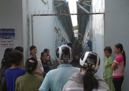 Nhiều người dân tập trung quanh khu nhà trọ để theo dõi vụ việc