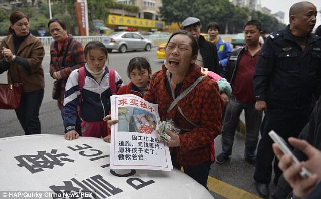 Chị Qiong rao bán con trên đường phố