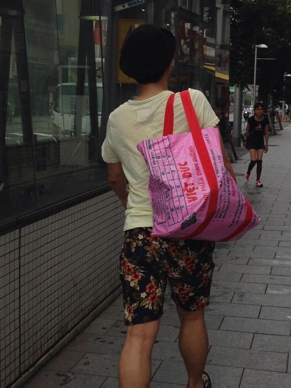 Bao bì cám con cò Việt Nam thành túi thời trang trên đường phố Nhật 1