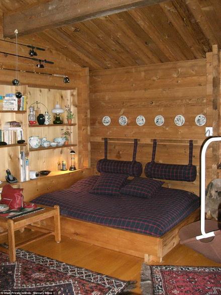 Trong ngôi nhà gỗ có đầy đủ tiện nghi.