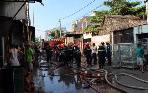 Lính cứu hỏa có mặt dập đám cháy ở xưởng in. Ảnh: An Nhơn
