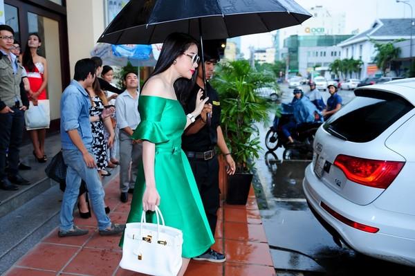 Trương Ngọc Ánh sử dụng túi Hermes Brikin trên chất liệu da trắng khi diện váy lụa xanh nổi bật.