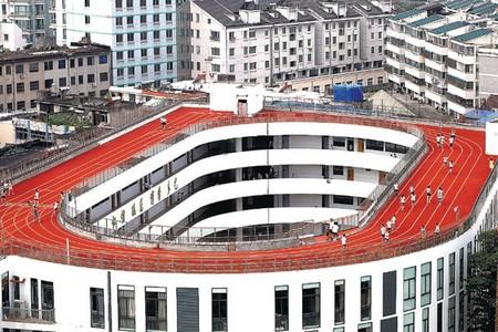 Đường chạy và sân bóng rổ của trường tiểu học Số 2 nằm trên mái của dãy nhà cao 4 tầng