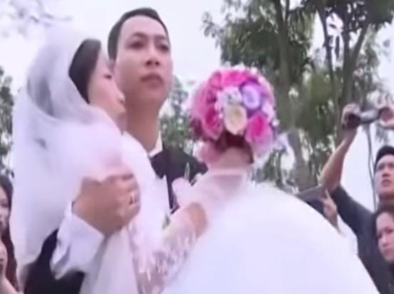 Lễ cưới xúc động của chị Loan và anh Phượng. Ảnh: Cắt từ clip VTV
