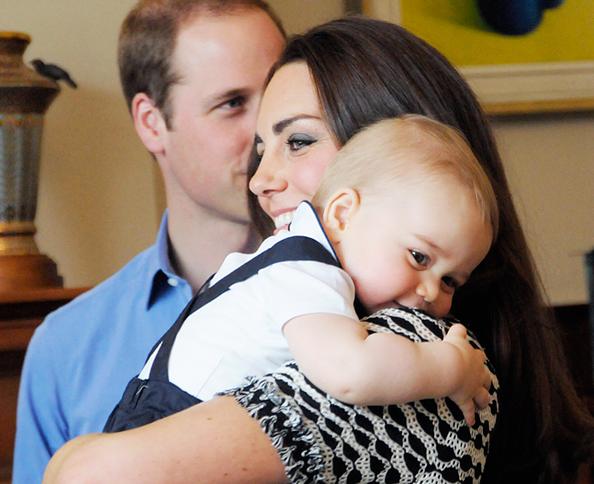 Hoàng tử George tinh nghịch bên mẹ. Ảnh: news.instyle.com