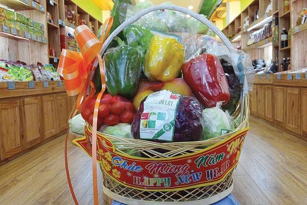 Giỏ quà Tết gồm những loại rau củ quả đang hút hàng và trở thành xu hướng mới của thị trường quà Tết năm nay.