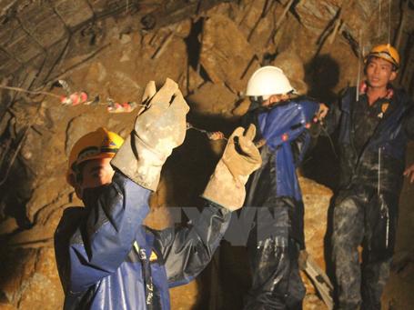 Chuẩn bị vật liệu để gia cố đường hầm. (Ảnh: Nguyễn Dũng/TTXVN)