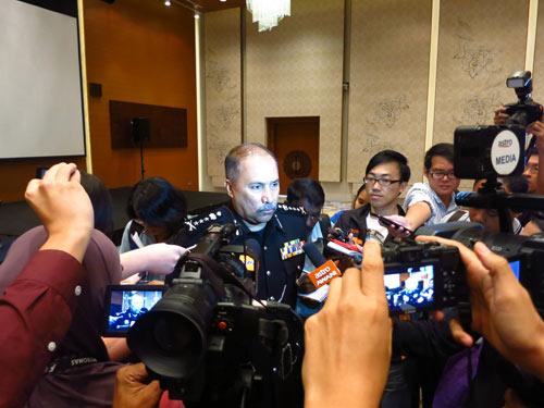 Giám đốc cảnh sát bang Johor Mokhtar bin Shariff hồi tháng 2.2014 ra sức trấn an báo chí, đặc biệt là báo chí từ Singapore, rằng an ninh tại bang này đảm an toàn cho du khách và nhà đầu tư. Ảnh: Thục Minh