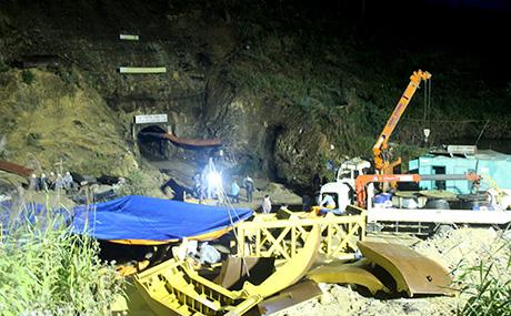 Cảnh ban đêm tại cửa đường hầm