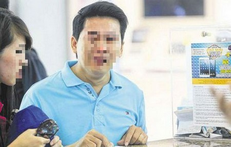 Hình ảnh vị khách hàng mếu máo khi được biết mình không lấy lại được tiền đã mua chiếc iPhone 6