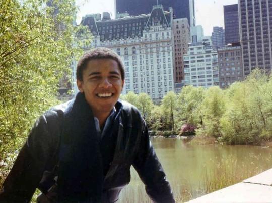 """Sau khi tốt nghiệp ngành khoa học chính trị của Trường ĐH Columbia năm 1983, chàng trai Obama chuyển đến Chicago và tham gia xây dựng lại các cộng đồng thu nhập thấp bị ảnh hưởng bởi việc đóng cửa nhà máy thép địa phương. Tiếp đó, ông đi thăm thú vài nơi, có cả gặp lại họ hàng ở Kenya trước khi nhập học tại Trường Luật Harvard vào năm 1988.Có nhiều thông tin lan truyền rằng đương kim tổng thống Mỹ cũng có thời thiếu niên nổi loạn, thử đủ thứ từ rượu đến cần sa để """"tìm cách lãng quên câu hỏi bản thân là ai ra khỏi đầu""""."""