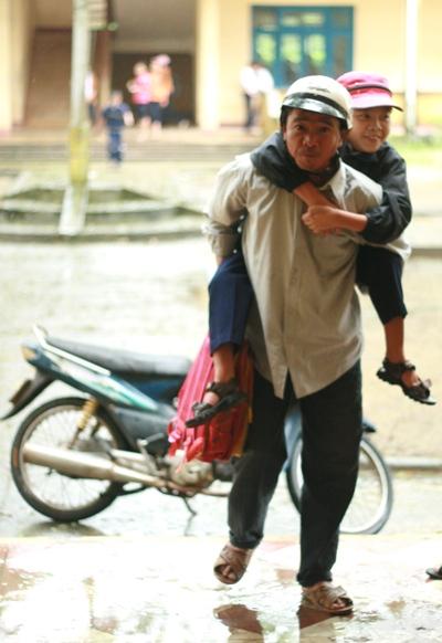 Ông Huynh cõng Hiệp đến trường đều đặn mỗi ngày.