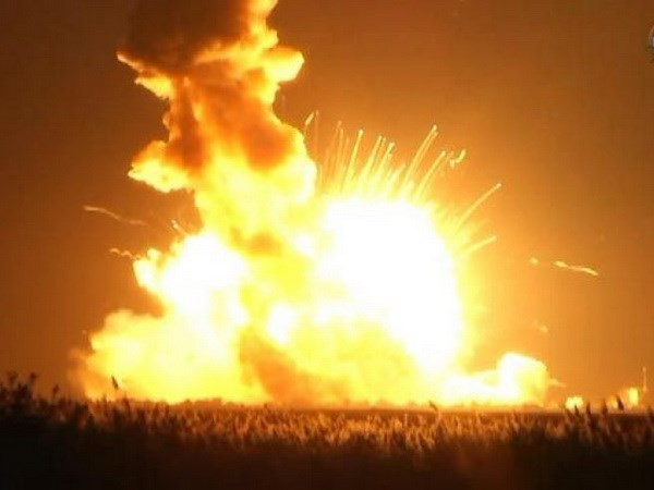 Tên lửa nổ tung sau khi rời bệ phóng. Nguồn: Reuters