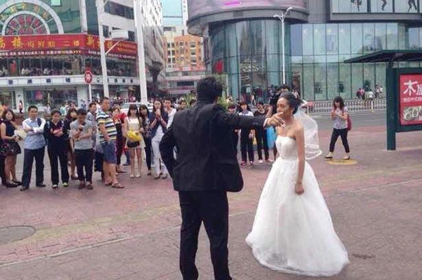 Cặp đôi cãi cọ ngay trên đường phố