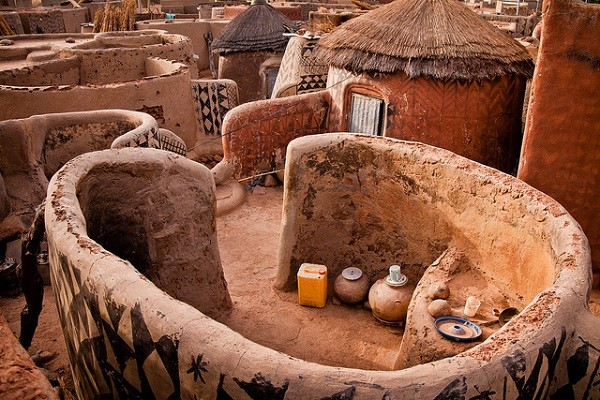 Kỳ lạ ngôi làng toàn người sống trong...