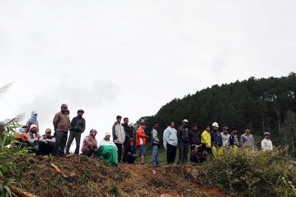 Thân nhân, người dân mòn mỏi ngóng chờ việc cứu 12 người mắc kẹt trong hầm thủy điện. Ảnh: Phước Tuấn