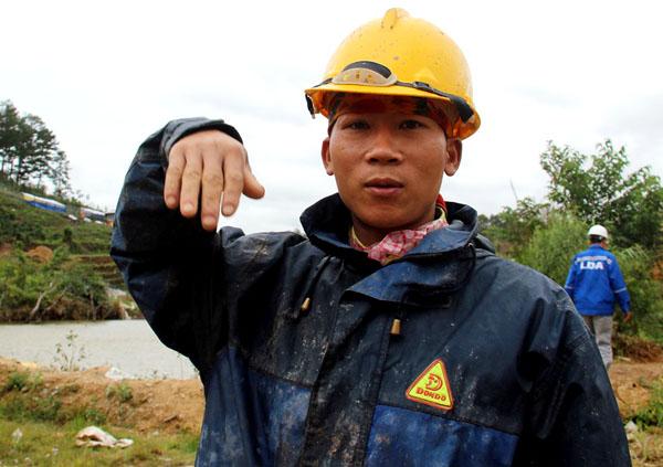 Anh Nguyễn Văn Tuấn, một trong số công nhân thoát nạn kể lại. Ảnh: Phước Tuấn