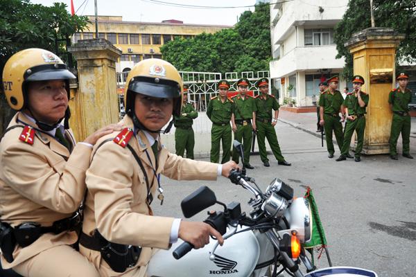 Lực lượng anh ninh bảo vệ phiên tòa có mặt từ rất sớm.Gần 7h, xe dẫn giải các bị cáo tới tòa. Cảnh sát giao thôngcũng được huy động hỗ trợ phiên tòa.