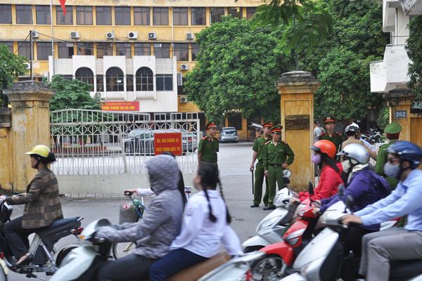 [Caption]Thời điểm chuẩn bị khai tòa cũng là giờ cao điểm. Phố Đội Cấn đoạn qua Tòa an Nhân nhân Tối Cao rất đông người qua lại.