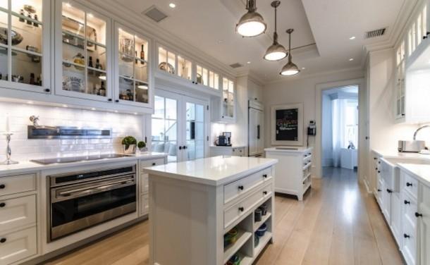 Tất cả nội thất trong căn nhà đều là màu trắng thể hiện sự tinh tế, sang trọng