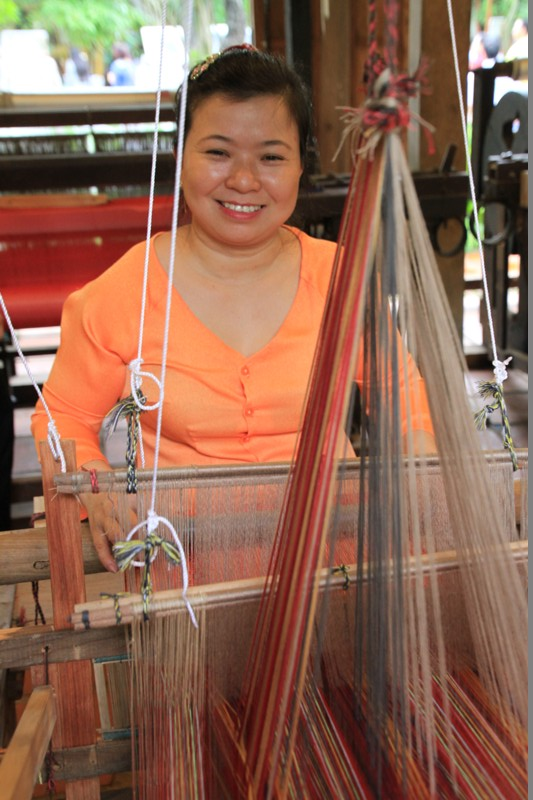 Làng lụa Hội An mong muốn phục dựng một ngành thủ công lâu đời của xứ Quảng bằng cách tái hiện quy trình làm ra một sản phẩm may mặc bằng chất liệu lụa tơ tằm, để những giá trị truyền thống được ghi nhận và tôn vinh hơn nữa