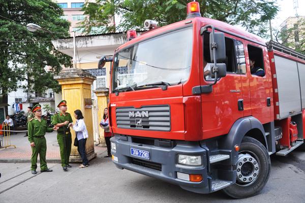 Xe cứu hỏa cũng được huy động để phục vụ phiên tòa.9h, bị cáo Nguyễn Đức Kiên, Lý Xuân Hải, Lê Vũ Kỳ được đưa vào vành móng ngựa. HĐXX ra làm việc.9h15, chủ tọa bắt đầu phần thủ tụ