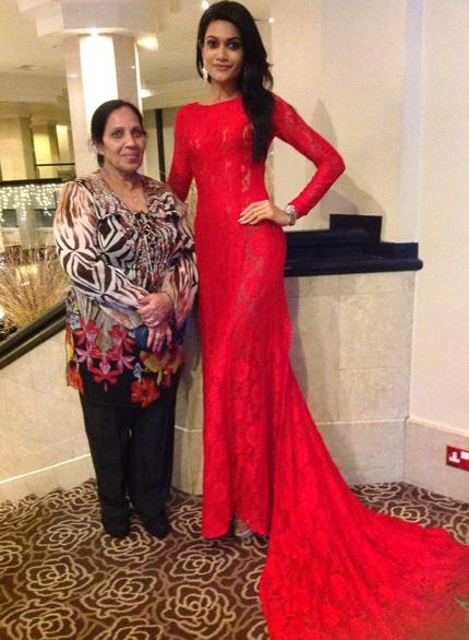 Hoa hậu Sri Lanka giới thiệu mẹ ruột với bạn bè