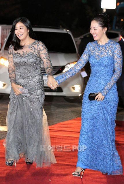 Uhm Ji Won (phải) nắm tay người đồng nghiệp Ra Min Ran.