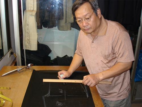NSƯT Tiến Đạt là truyền nhân của cha mình, nghệ nhân may veston Tiến Thành