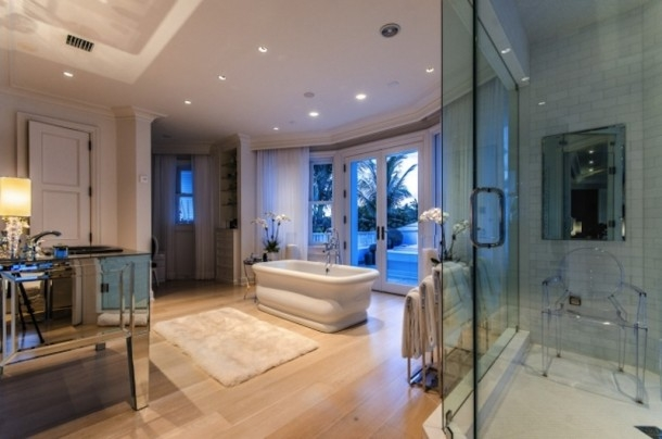 Phòng tắm rộng lớn có thể nhìn thẳng ra Đại Tây Dương