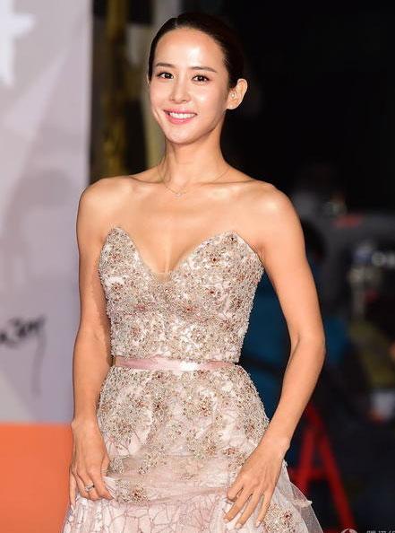 Các người đẹp khác của Hàn Quốc ăn mặc rất nghiêm túc và thanh lịch.
