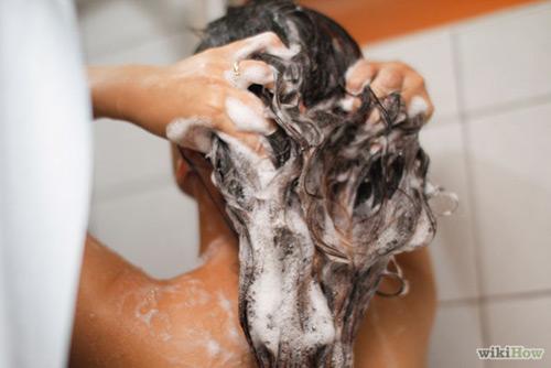Thầy giáo bị bắt quả tang khi đang rình nữ sinh tắm. Ảnh minh họa