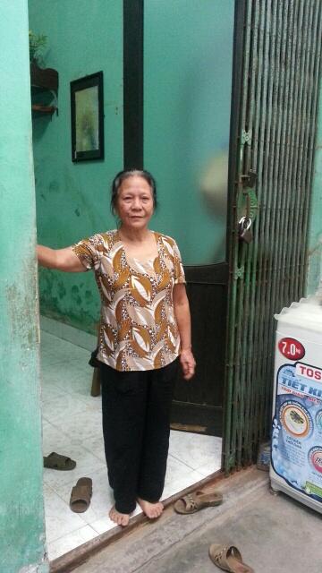 Bác Loan, mẹ của máy ba Nguyễn Duy Đông đang mong ngóng con về