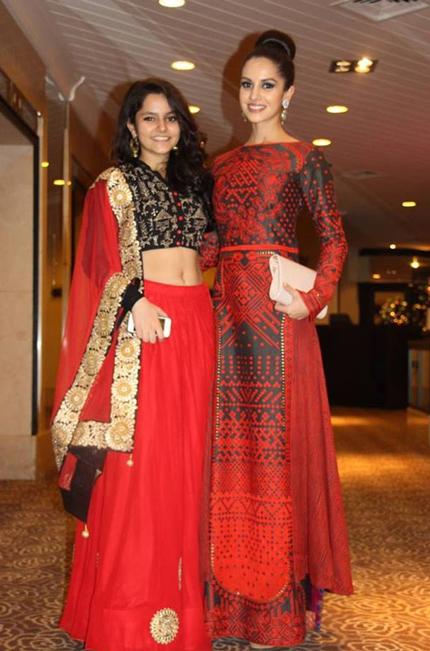 Người đẹp Ấn Độ đưa người thân tới tham dự tiệc Giáng sinh.