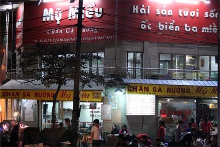 Nhà hàng Mỹ Miều nổi tiếng nhờ món chân gà nướng.