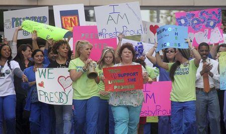 Các y tá và nhân viên chăm sóc sức khỏe ở Dallas, bang Texas, biểu tình ủng hộ của các đồng nghiệp Nina Phạm và Amber Vinson đang điều trị Ebola nhiễm từ một bệnh nhân đến từ Liberia. Ảnh: Reuters