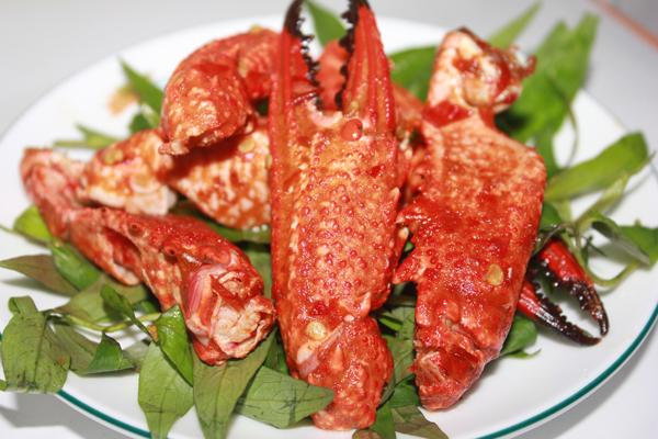 Ghẹ rang muối ớt là một món ăn rất phổ biến ở miền biển. Ở Sài Gòn, càng ghẹ được bán rất nhiều ở những quán ốc, quán nhậu... Càng ghẹ mua về rửa sạch, để ráo. Bạn có thể bấm càng ghẹ để khi chế biến món ăn thì gia vị sẽ thấm đều. Món ăn không chỉ có hương vị ngây ngất tuyệt vời đặc trưng mà còn có mùi thơm phức dậy lên khó quên. Đĩa ghẹ màu đỏ cam bóng bẩy, bắt mắt, mang đậm hương vị biển khơi. Trời mưa lạnh lạnh mà được ngồi nhâm nhi hai món ngon từ càng ghẹ này sẽ mang lại cho bạn và người thân nhiều điều thú vị.